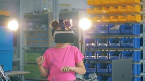 junges Mädchen arbeitet in einem Laborraum in vr Brille, am Tisch stehend. 4k.
