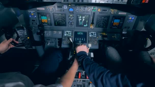 Piloten sitzen im Flugsimulator, hautnah.