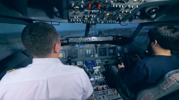 männliche Piloten sitzen im Cockpit eines Flugsimulators, hautnah.