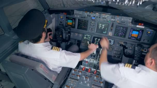Menschen, die ein Flugzeug im Simulator steuern, Draufsicht.