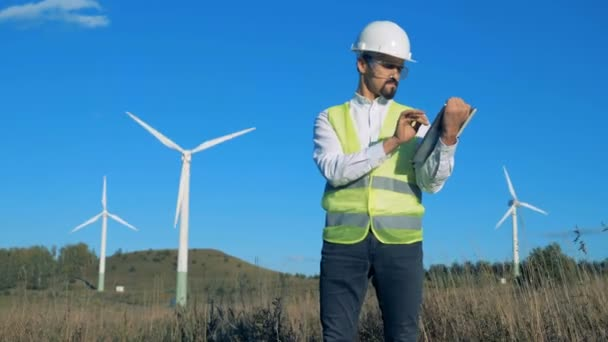 Funktionsfähige Windkraftanlagen mit einem Energieexperten in ihrer Nähe