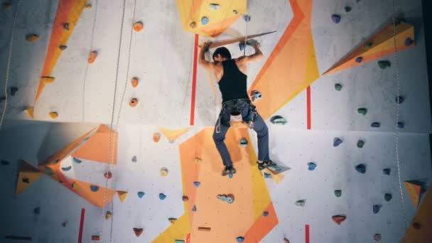 Jeden muž praktik na horolezeckou stěnu, zblízka.