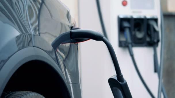 Výpusti zapojen do elektrické baterie automobilu