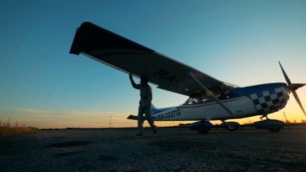 Pilot kontrolliert Flugzeug auf Flugplatz aus nächster Nähe.