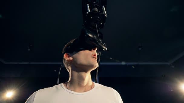 Gamer zaklánět hlavu v Vr brýle. Systém virtuální realita VR 360 sluchátka s mikrofonem pro hraní her ve virtuální realitě.