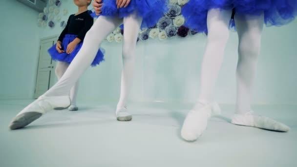 Malé baletky směřují prsty nosit baletky