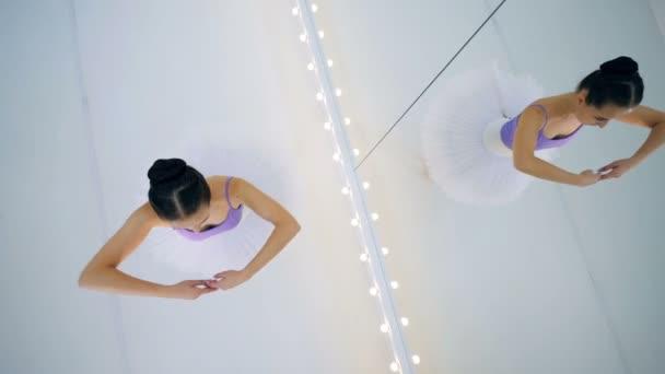 Balletttänzerin dreht sich vor Spiegel