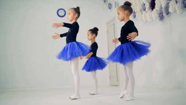 Tři dívky jsou cvičit baletní pohyby