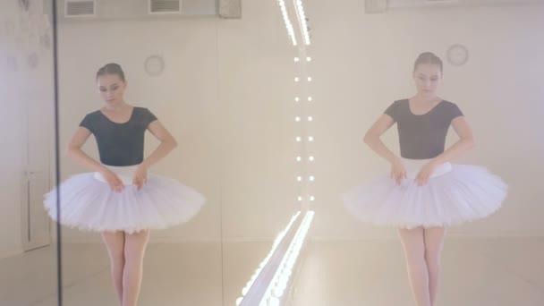 Ballettstudio voller Rauch und einer tanzenden Dame
