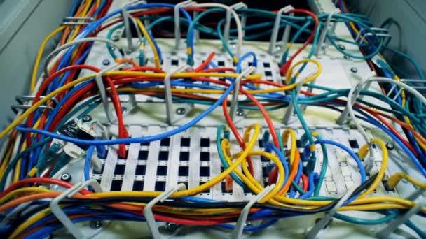 Detail barevné dráty připojen do serverů