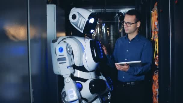 Cyborg zdvihá ruku pod kontrolou mužského inženýra