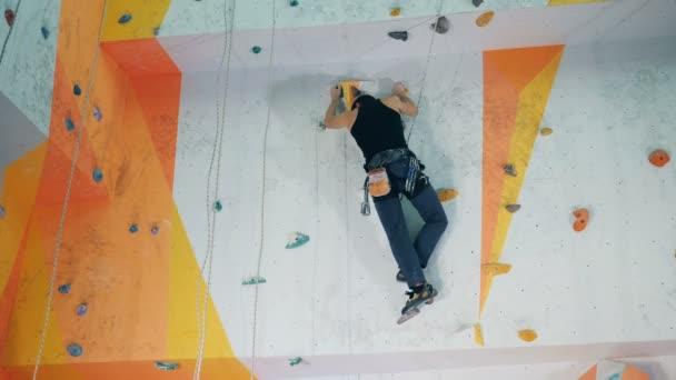 Egy ember egy mesterséges mászófal van a Boulder edzőterem