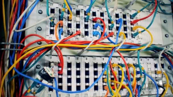 Chaos, zmatek s dráty. Zapojen různobarevných kabelů v datovém centru, zblízka