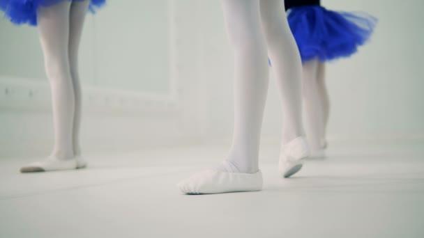 A klasszikus balett órákhoz, lányok, közelről.