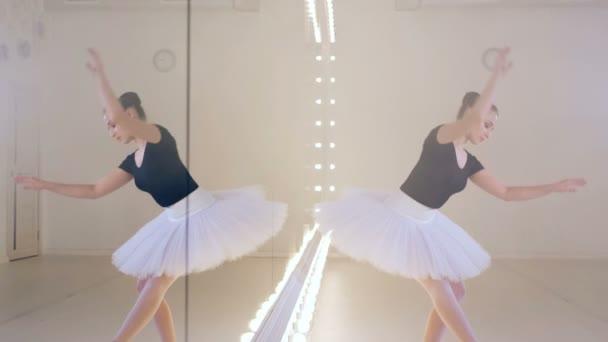 eine Ballerina tanzt in der Nähe eines Spiegels, Nahaufnahme.