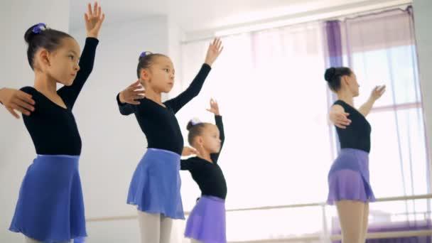 junge Ballerinen beim Training in einer Klasse, hautnah.