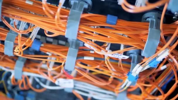 Narancssárga vezetékek kapcsolódó kiszolgálók egy közeli