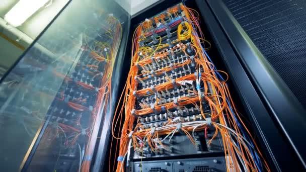 Multicolor Kabel zwischen Servern in einem Rechenzentrum