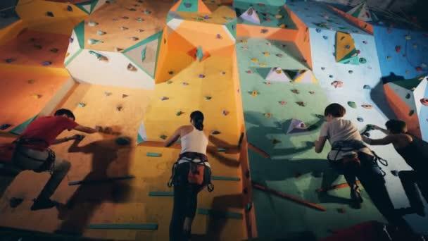 A fal alsó nézet tetején lesz négy hegymászók.