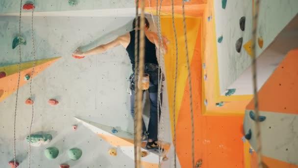 Jeden člověk držet skály při lezení na stěně, zblízka.