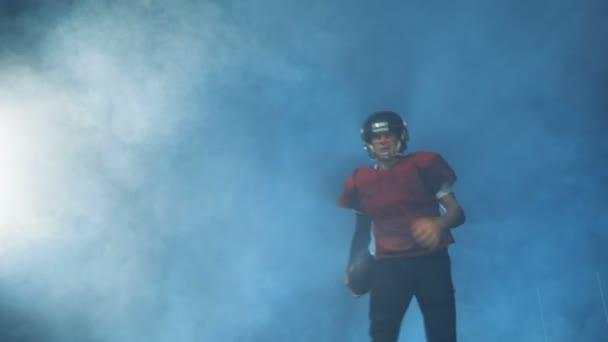 Az egységes, amerikaifutball-játékos közelről.