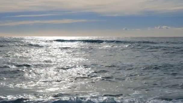 Vlny na moři v slunečním světle. Zpomalený pohyb