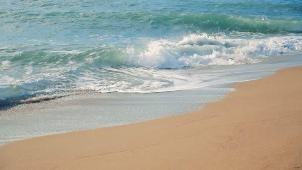 Pobřeží a tyrkysové moře vlny. Zpomalený pohyb