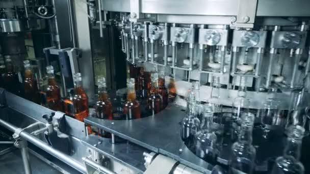 Werkstransporter verlagert leere und gefüllte Bierflaschen