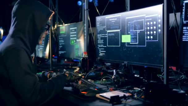 Hacker è rubare informazioni dal server di dati