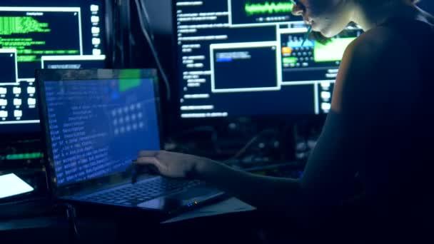 Egy nő csapkod egy számítógép rendszer. Számítógépes technológia hálózati biztonsági és védelmi koncepció.