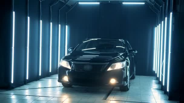 Černé luxusní auto v stání v garáži