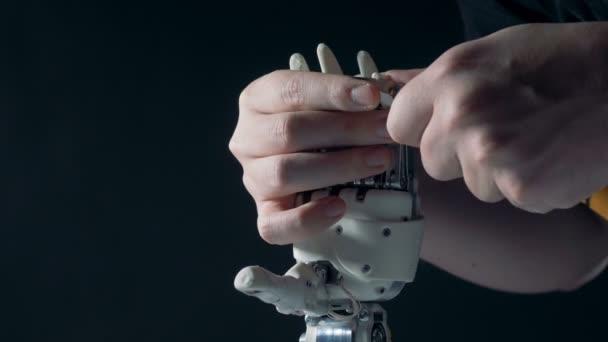 eine Person fixiert bionische Hand, Nahaufnahme.