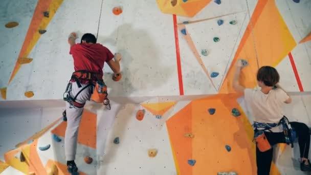 Sportovní lidé školení na zdi, zblízka.
