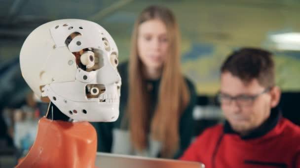 Robota pohybu jeho jazyka, zblízka.