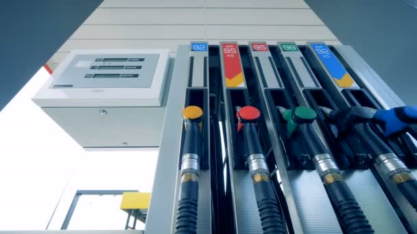 Tankstelle mit mehreren Gasdüsen. Kraftstoff, Tankstelle, Benzin Preise Konzept.