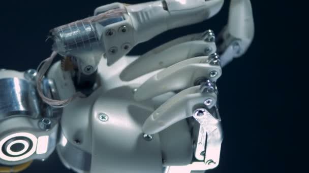 Kibernetikus protézis works, fém ujjak mozgatása.