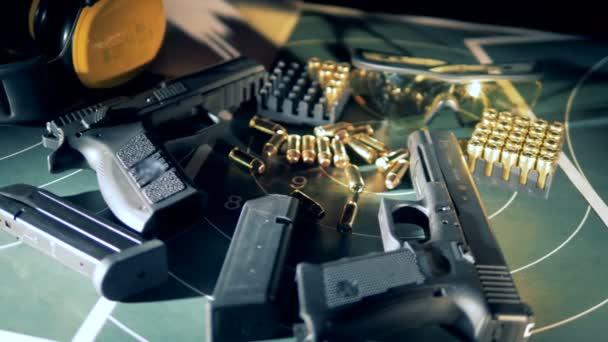 Fegyvereket és a golyókat a táblázat: lövészet, közelről.