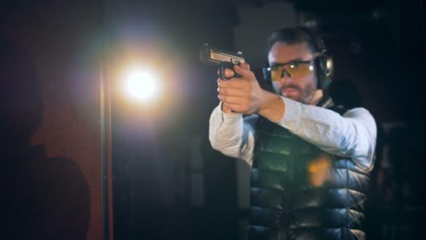 A vadász egy fekete fegyver tüzelési közelről.