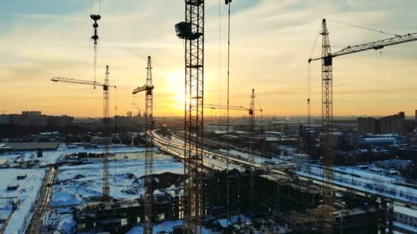 Pohled na staveniště s mnoha věžové jeřáby.