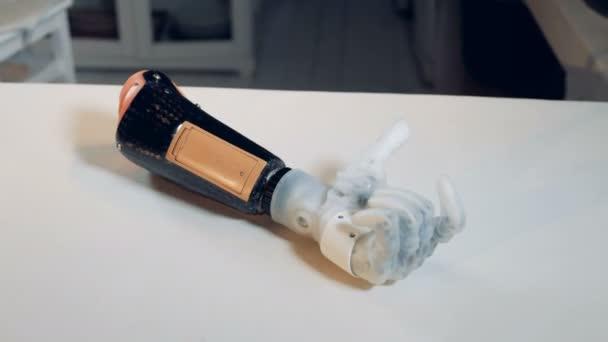 Bionikus odaad egy asztal mozog. Cyborg koncepció.