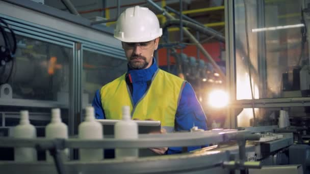 Plastikflaschen passieren den männlichen Ingenieur