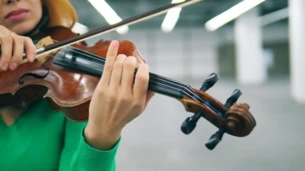 Zár megjelöl-ból lét játszott mellett egy nő hegedű