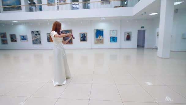 Egy gyönyörű nő, hegedülni terem Galéria