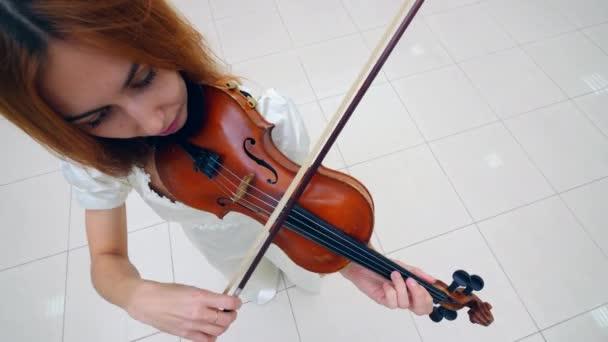Egy hegedű, egy női zenész játszott felülnézet