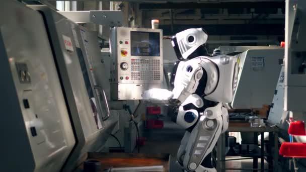 Az ember-szerű Cyborg szabályozza a berendezéseket a konzolon keresztül