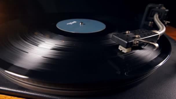 Vinylová položka se otáčí na přehrávači