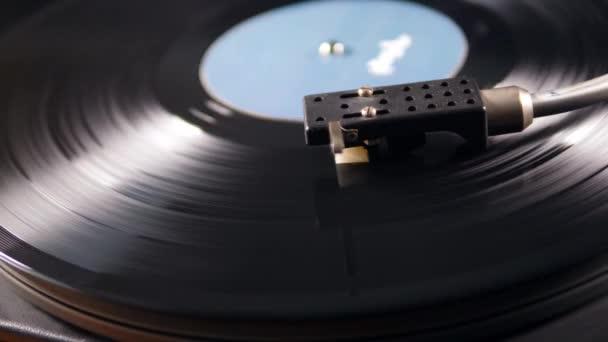 Kazetta a vinil-lejátszó és a forgó rekord