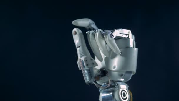 Fém protézis mozgó ujjak munka közben. Valódi robotkéz.