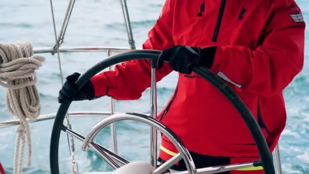 Jachtu ovládá specialista na červenou bundu.