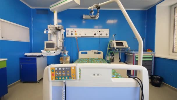 Hospital unit with medical equipment and a bed